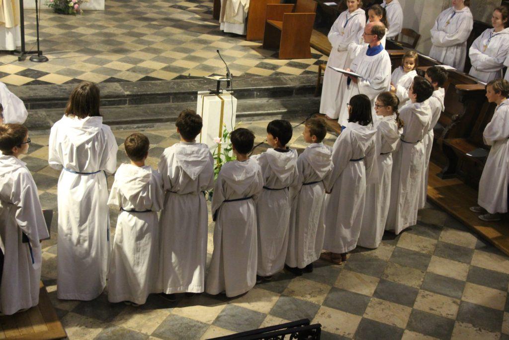 Remise de croix à 10 petits chanteurs à la cathédrale de Grenoble